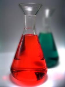 Due bottiglie con liquido rosso e verde